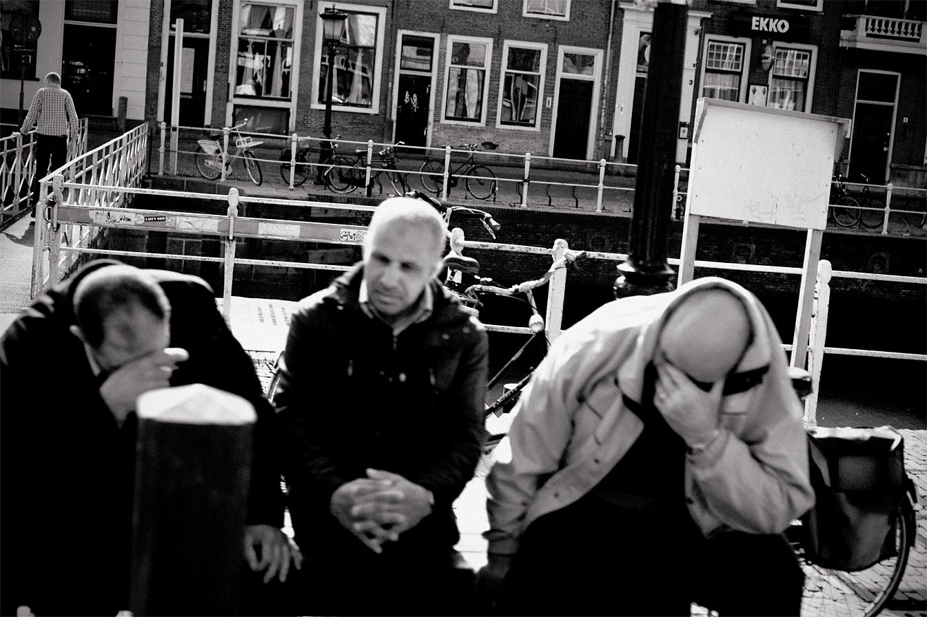 marokkaanse-mannen-emotie-weerdsluis-ekko-straatfotografie-IMG_7541